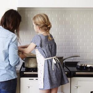 niña cocinando